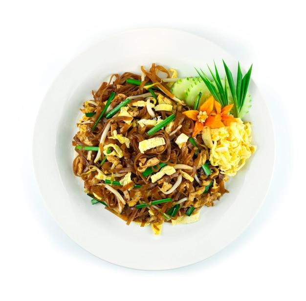 Smażony makaron ryżowy z jajkiem, kiełkami fasoli i szczypiorkiem kuchnia tajska w stylu korata słodko-kwaśny smaczny widok z góry