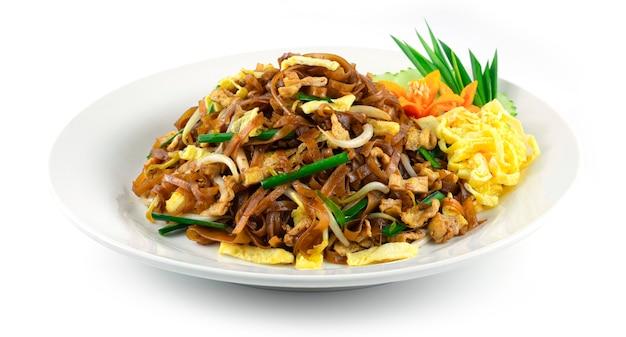 Smażony makaron ryżowy z jajkiem, kiełkami fasoli i szczypiorkiem tajskie jedzenie w stylu korata słodko-kwaśny smaczny widok z boku