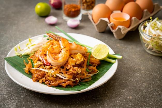 Smażony makaron ryżowy z krewetkami