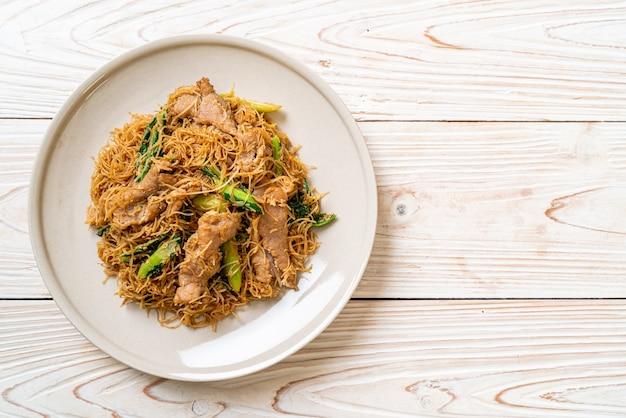 Smażony makaron ryżowy z makaronem wermiszelowym wymieszać z czarnym sosem sojowym i wieprzowiną