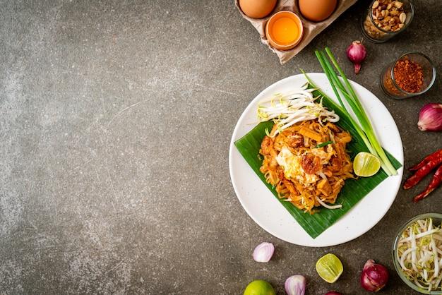 Smażony makaron ryżowy z suszonymi solonymi krewetkami i tofu
