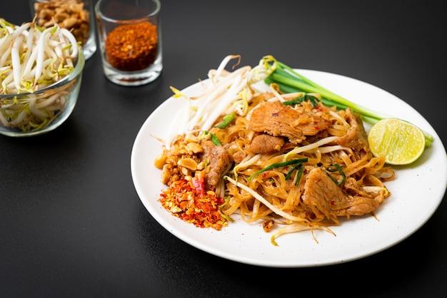 Smażony makaron ryżowy z wieprzowiną w stylu azjatyckim
