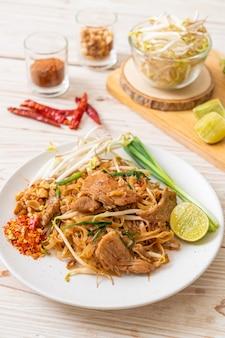 Smażony makaron ryżowy z wieprzowiną