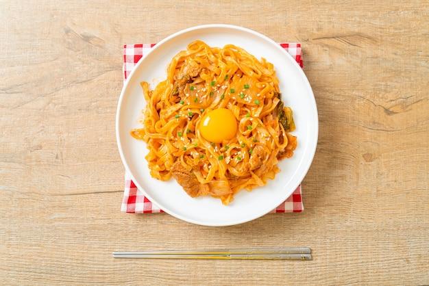 Smażony makaron udon z kimchi i wieprzowiną - po koreańsku