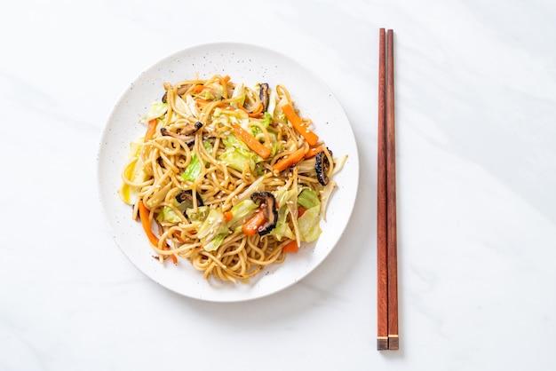 Smażony makaron yakisoba z warzywami