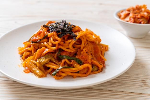 Smażony makaron z koreańskim pikantnym sosem i warzywami
