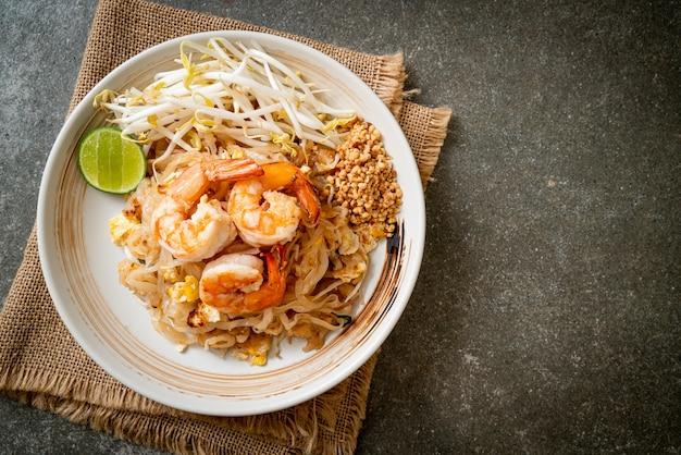 Smażony makaron z krewetkami i kiełkami lub pad thai - kuchnia azjatycka