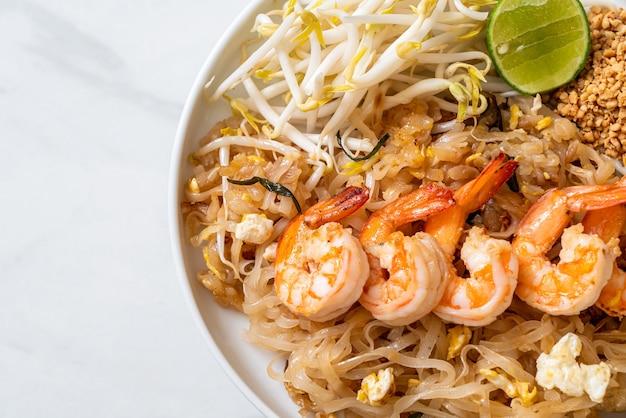 Smażony makaron z krewetkami i kiełkami lub pad thai - po azjatycką kuchnię