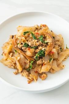 Smażony makaron z mielonym kurczakiem i bazylią - po azjatycką kuchnię