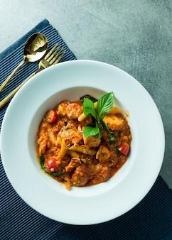 Smażony makaron z pikantną krewetką wymieszaj na lunch lub kolację