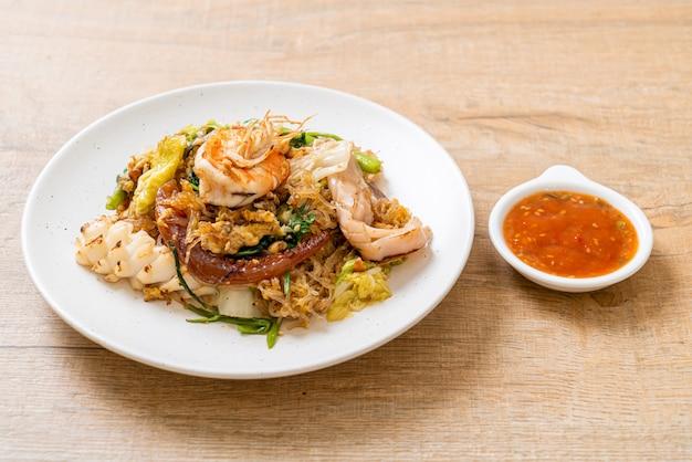 Smażony makaron z warzywami i owocami morza w sosie sukiyaki
