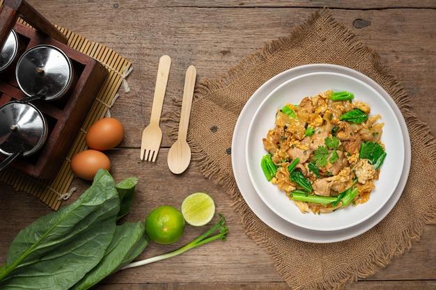 Smażony makaron z wieprzowiną w sosie sojowym i warzywach
