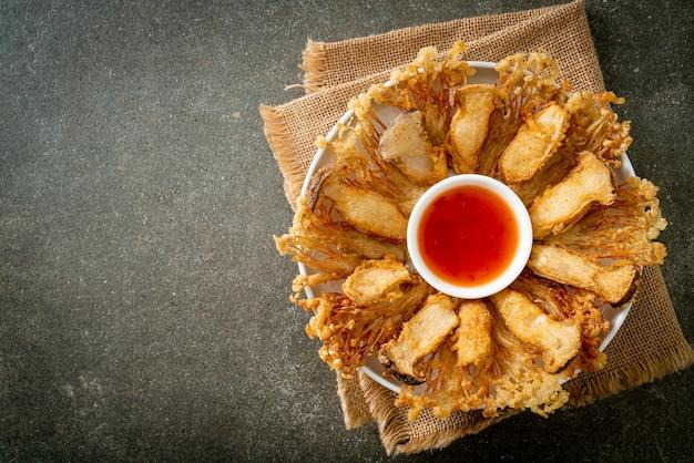 Smażony na głębokim oleju grzyb enoki i boczniak królewski z pikantnym sosem - wegańskie jedzenie