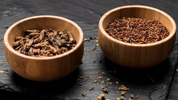 Smażony owad w drewniane miski pełny strzał