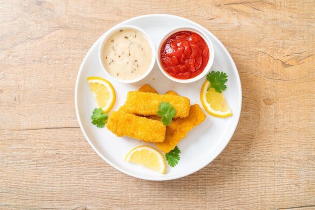 Smażony paluszek rybny lub frytki ryba z sosem