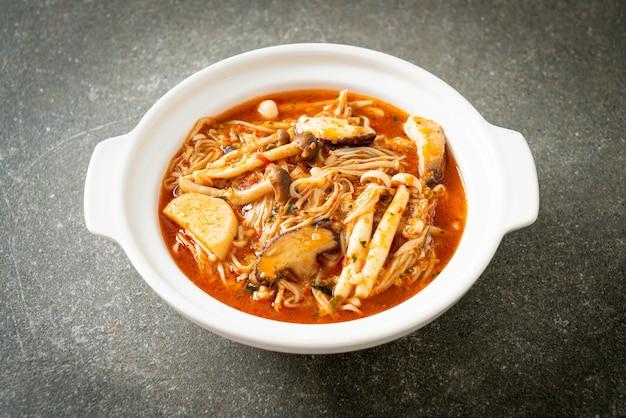 Smażony pieczarkowy pikantny z zupą tom yum - jedzenie wegańskie i wegetariańskie