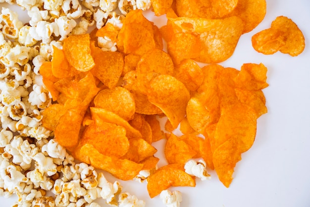 Smażony popcorn i frytki na białym tle, niski kąt widzenia