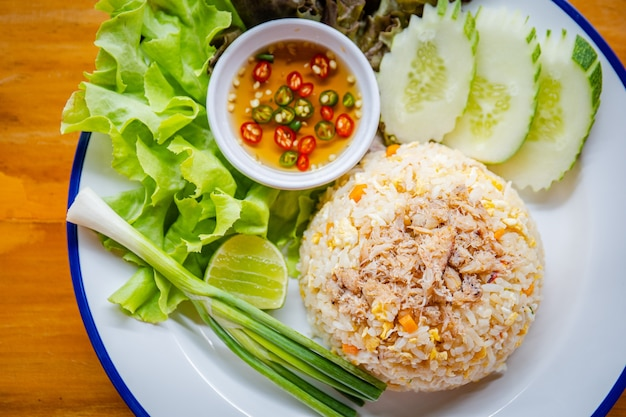 Smażony ryż i zielone warzywa