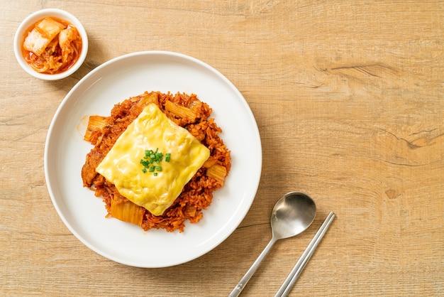 Smażony ryż kimchi z wieprzowiną i serem topiony - w stylu azjatyckim i fusion