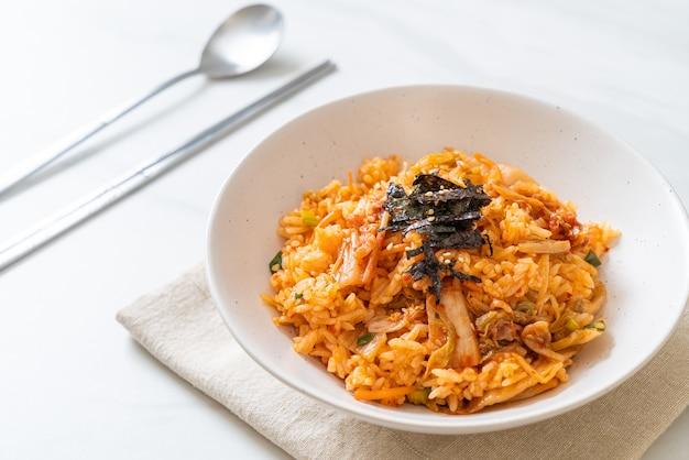 Smażony ryż kimchi z wodorostami i białym sezamem