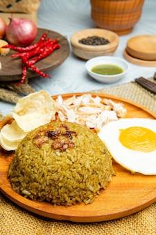 Smażony ryż to danie z ugotowanego ryżu, które zostało podsmażone w woku lub na patelni