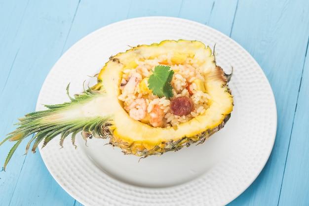 Smażony ryż z ananasem i krewetkami