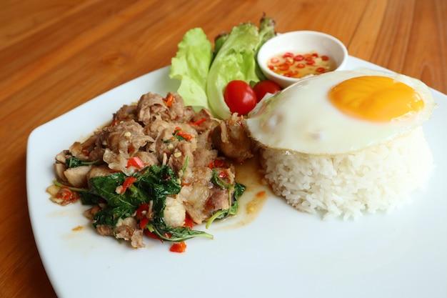 Smażony ryż z bazylią i wieprzowiną