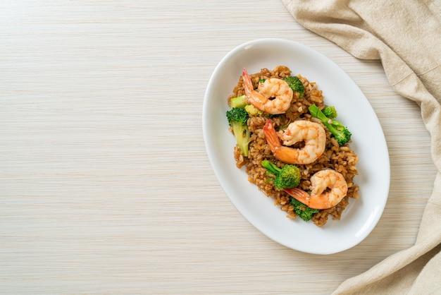 Smażony ryż z brokułami i krewetkami - domowe jedzenie