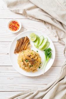 Smażony ryż z chrupiącą rybą gourami