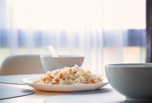 Smażony ryż z jajkiem na drewnianym stole, thaifood