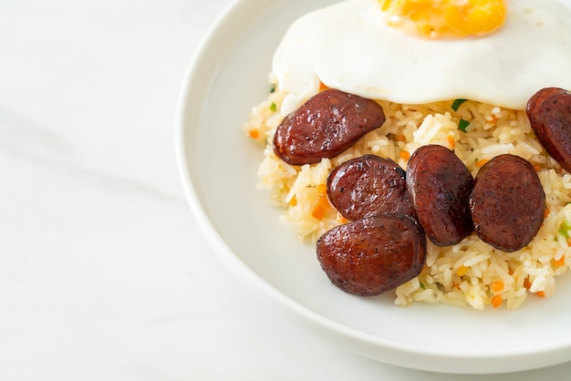 Smażony ryż z jajkiem sadzonym i chińską kiełbasą - domowe jedzenie w azjatyckim stylu