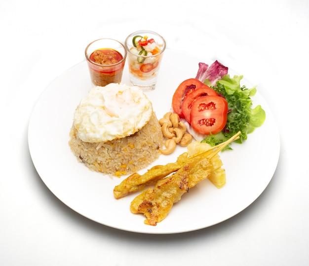 Smażony ryż z jajkiem sadzonym z grillowaną wieprzowiną i sałatką
