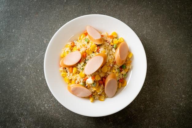 Smażony ryż z kiełbasą i warzywami mieszanymi