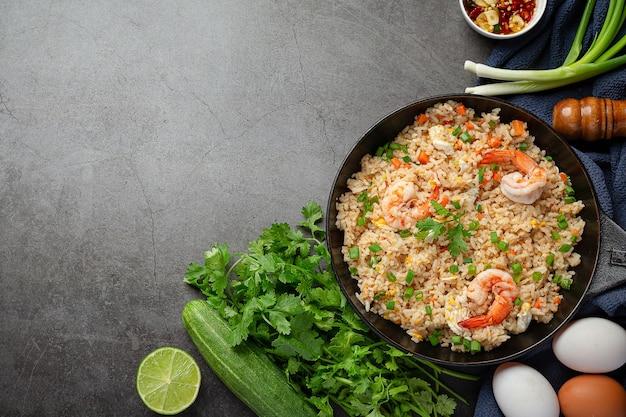 Smażony ryż z krewetek amerykańskich podawany z tajskim sosem ryby chili.