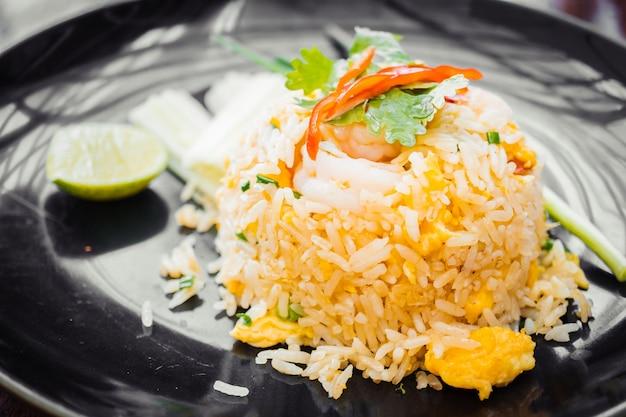 Smażony ryż z krewetką na górze