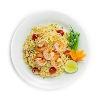 Smażony ryż z krewetkami i pomidorami popularne danie kuchni tajskiej