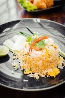 Smażony ryż z krewetkami na wierzchu