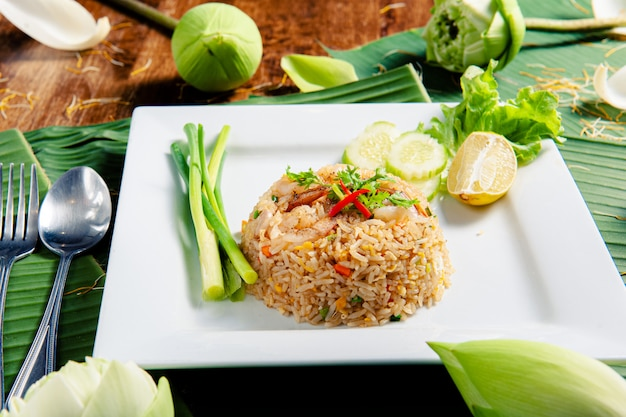 Smażony ryż z krewetkami, ozdobiony przystawką, ozdobiony kwiatami lotosu.