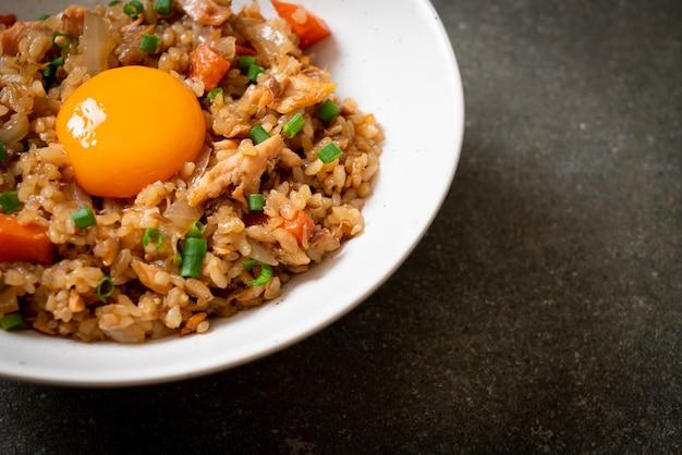 Smażony ryż z łososiem z marynowanym jajkiem na wierzchu - po azjatyckim stylu