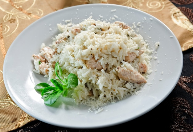 Smażony ryż z mięsem z kurczaka i grzybami