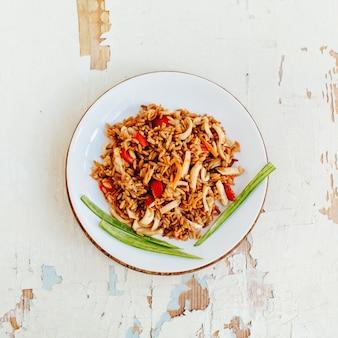Smażony ryż z owocami morza. kuchnia azjatycka.