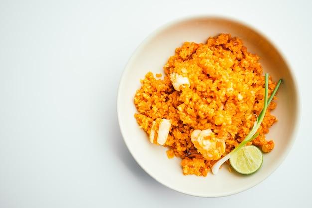 Smażony ryż z owocami morza