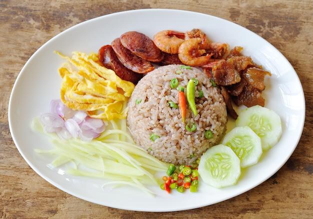 Smażony ryż z pastą krewetkową, tajskie jedzenie