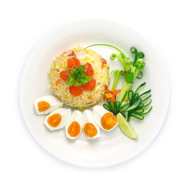 Smażony ryż z solonym jajkiem, jajko. styl fuzji z tajskim jedzeniem