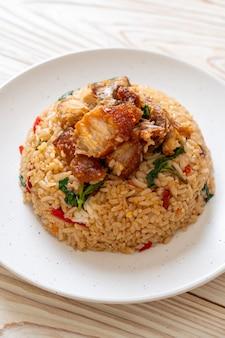 Smażony ryż z tajską bazylią i chrupiącą wieprzowiną - tajskie jedzenie