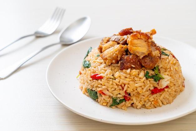 Smażony ryż z tajską bazylią i chrupiącą wieprzowiną