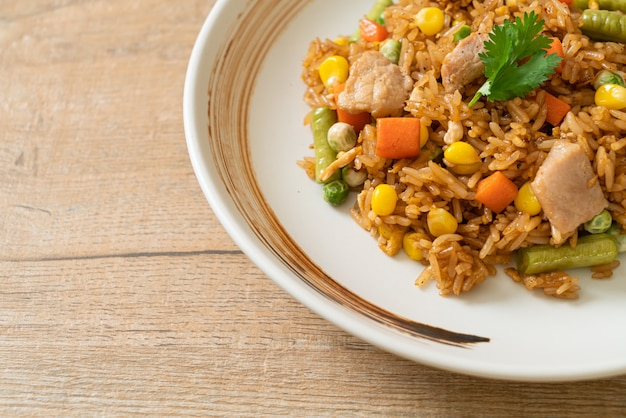 Smażony ryż z wieprzowiną i warzywami