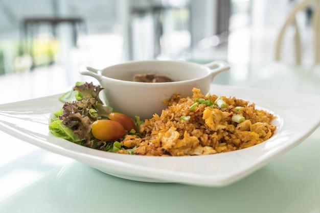 Smażony ryż z żebrami wieprzowiny