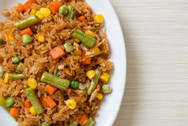 Smażony ryż z zielonym groszkiem, marchewką i kukurydzą - wegetariański i zdrowy styl jedzenia