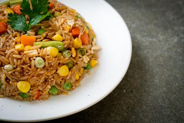 Smażony ryż z zielonym groszkiem, marchewką i kukurydzą - wegetariańskie i zdrowe jedzenie